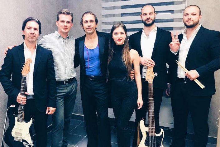 Маурицио Швейцер с агентом и музыкантами после выступления в Казани на ДР спа-комплекса LUCIANO
